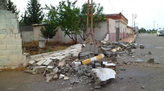 Fırtına nedeniyle ağaçlar kırıldı, istinat duvarları çöktü