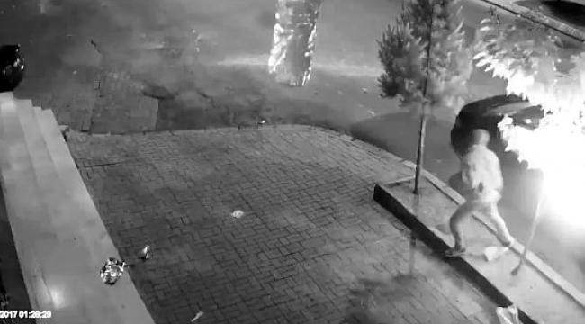 Otomobilin kundaklanması kameralara yansıdı - Videolu Haber