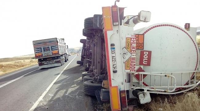 Şanlıurfa'da yakıt tankeri yan yattı