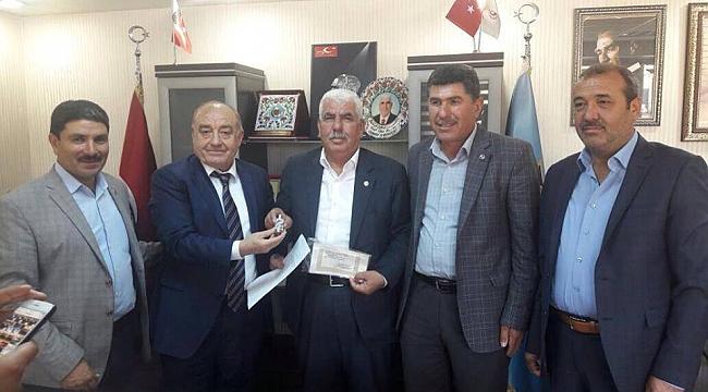 Yeni Plaka müdürünü Akdoğan teslim etti.