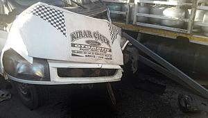 Minibüs ile tüp yüklü kamyonet çarpıştı