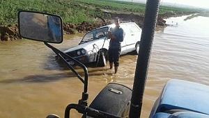Asfalt yolda suya gömüldü