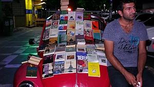 Vosvos arabasının üzerinde kitap satışı yapıyor