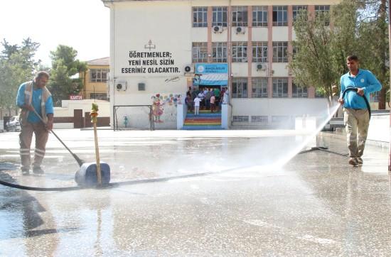 Haliliye Belediyesi, okul bahçelerini tertemiz hale getiriyor
