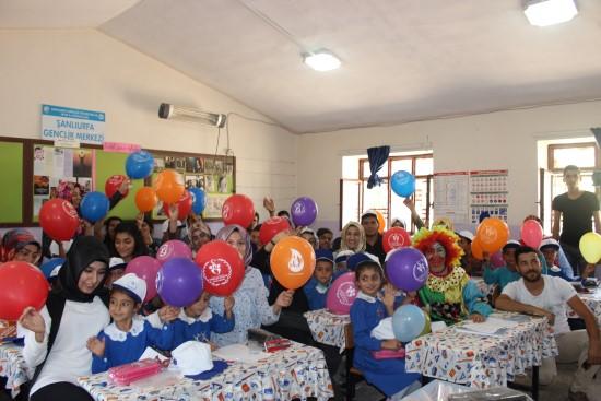 Köy okullarındaki öğrencileri mutlu ediyorlar