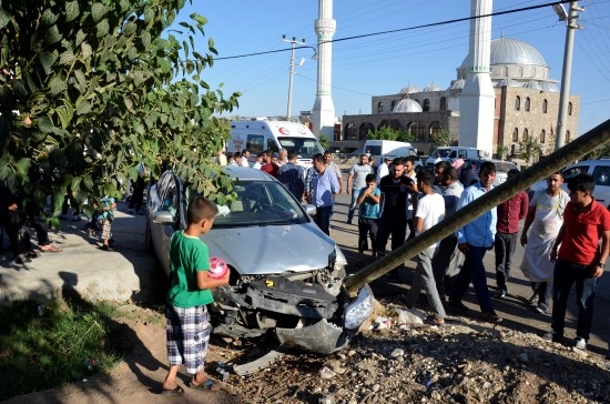 Şanlıurfa'da iki otomobil kavşakta çarpıştı: 2 yaralı