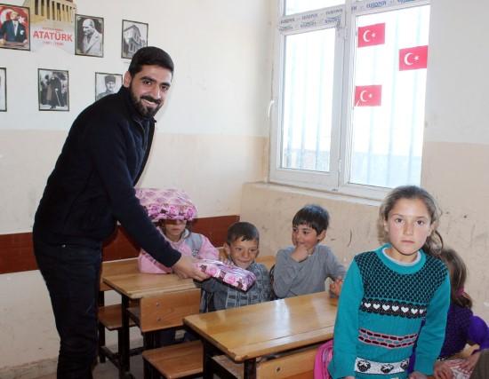 Köy okulundaki öğrencilere kırtasiye yardımı