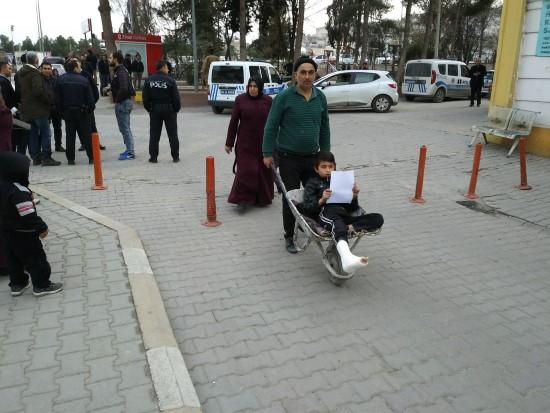 Ayağı kırılan oğlunu el arabasıyla taşıdı
