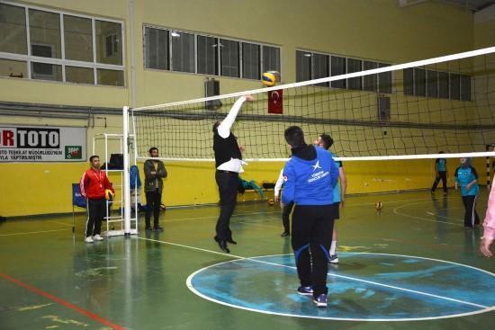 Menderes Atilla, gençlerle voleybol oynadı