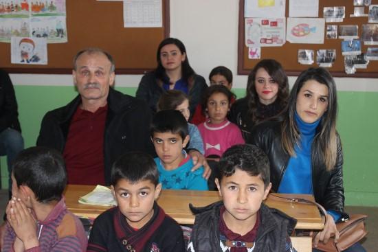 Şehit öğretmenin babası oğlunun görev yaptığı okulda ders verdi