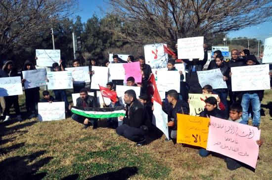 Suriyeliler sınırda YPG'yi protesto etti