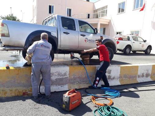 Araçta mahsur kalan kedi kurtarıldı