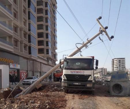 Karaköprü'de iş makinesi 4 elektrik direğini devirdi