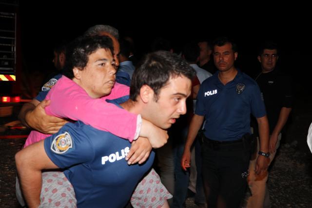 Yangında mahsur kalan engellileri polisler sırtlarında taşıyarak binadan çıkarttı
