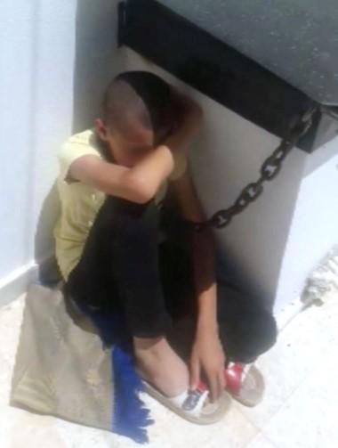 Oğlunu boynundan zincirle bacaya bağladı