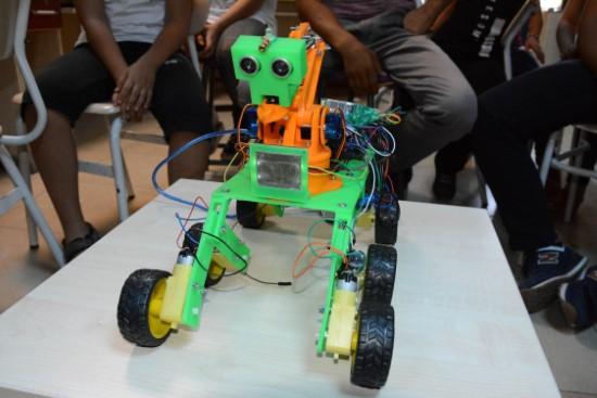 Yaz kursunda ses komutu ile hareket eden robot yaptılar