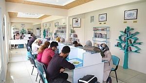 Öğrenciler kitap okuyup ders çalışıyor
