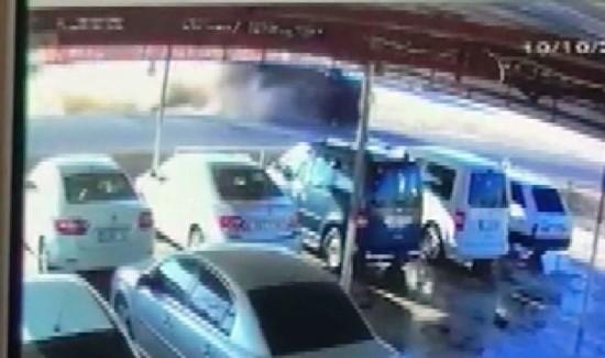 Polisleri taşıyan midibüsün devrilme anı kamerada
