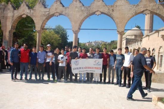 Sınavda başarılı olan öğrenciler Şanlıurfa'yı gezdi