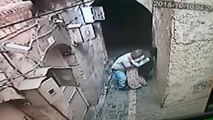 Sokakta durdurduğu engelli kızı taciz etti