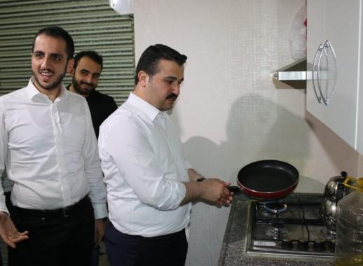 AK Parti İl Başkanı öğrenci evinde menemen yaptı