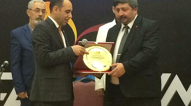 """Güler'e """"Yılın Yerel Gazetecisi ödülü"""" verildi (Video)"""