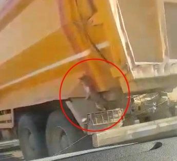 Kedi kamyona tutunarak yolculuk etti