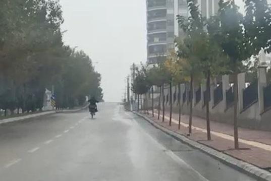 Motosiklet sürücüsünün tehlikeli hareketleri korkuttu