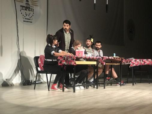 Öğretmenler gününe özel tiyatro oyunu sergilendi