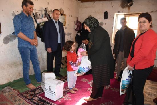 Bayık yardıma muhtaç aileleri sevindirdi