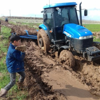 Çocukları taşıyan traktör çamura saplandı