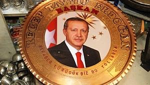 Cumhurbaşkanı Erdoğan işlemeli bakır tepsilere ilgi