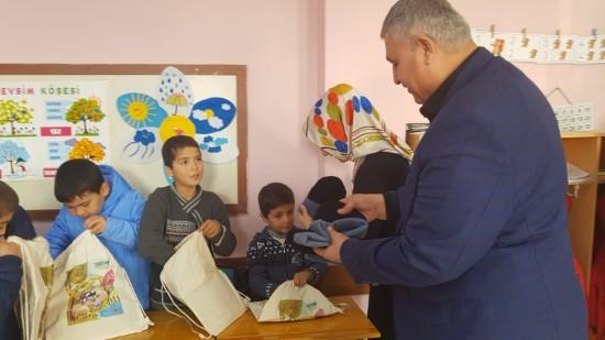Depremzede öğrencilere kırtasiye yardımı