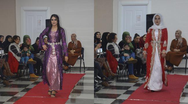 Ev kadınlarının düzenlediği yerel kıyafet defilesine yoğun ilgi