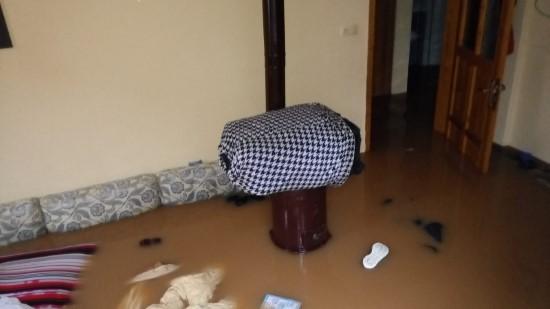 Evlerini kanalizasyon suyu basan vatandaşlar yardım istiyor