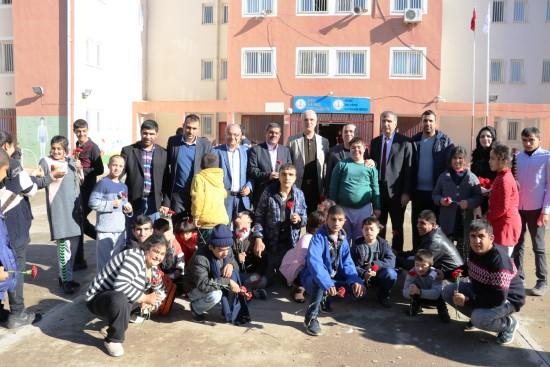 Halfeti'de polisler, özel öğrencileri sevindirdi