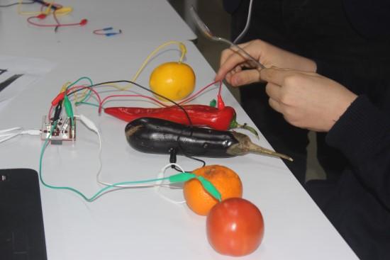 Öğrenciler, meyve ve suyla piyano çalıyor