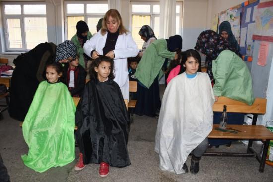 Öğrencilerin saçına usta eli değiyor