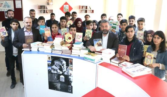Okul kütüphanelerine kitap desteği sürüyor