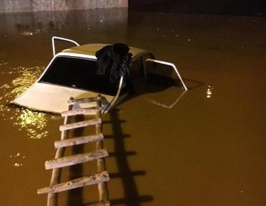 Otomobil sel suyuna kapıldı