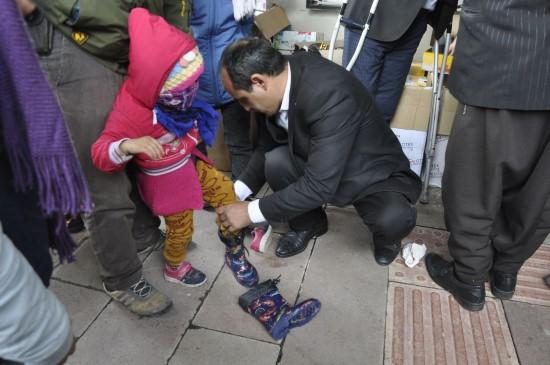 Siverek'te engellilere kışlık bot yardımı yapıldı