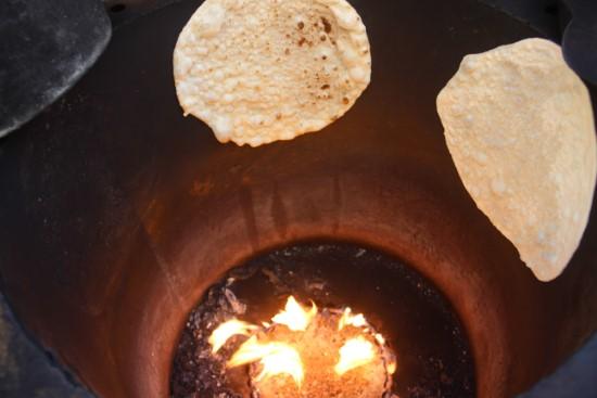 Suriyeliler tandır ekmeği geleneğini Türkiye'de devam ettiriyor