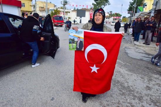 Yaşlı kadın elinde bayrağı ile teröre meydan okudu