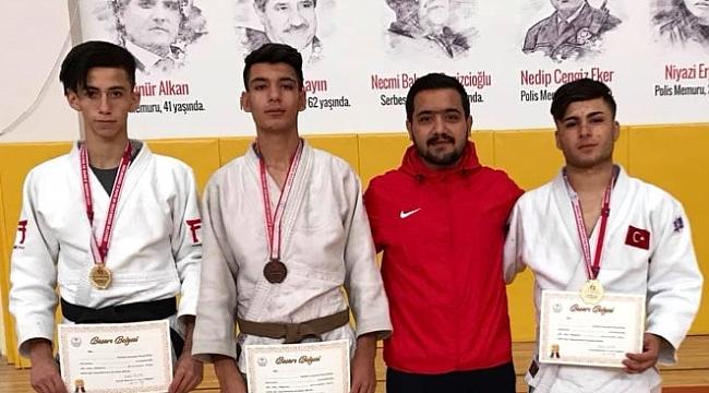 6 altın ,2 bronz madalya kazanan judocuları kutlayan yok.