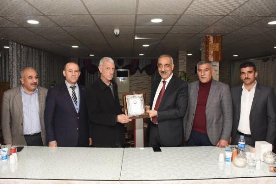 Bayık'tan 34 yıllık belediye personeline onur plaketi