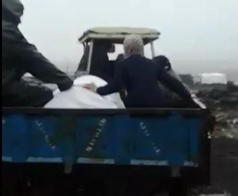 Cenaze traktör römorkunda mezarlığa götürüldü