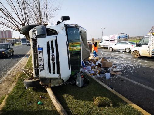 Kamyonet refüje çarptı: 2 yaralı