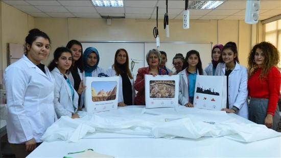 Kız öğrenciler bez ve karton çanta üretimine başladı