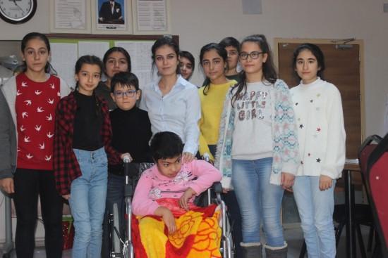 Mavi kapakla engelli çocuğa tekerlekli sandalye aldılar