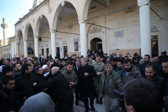 Milli Savunma Bakanı Akar'a yoğun ilgi